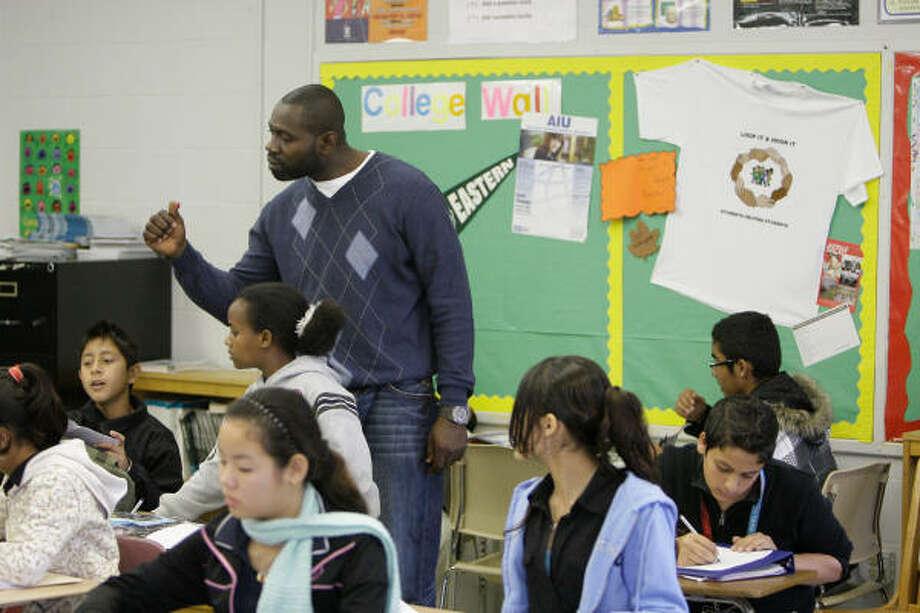 La falta de conocimiento del ingléspor parte de los alumnos es una de las grandes desventajas que profesores como Nicholas Lopez, de Fondren Middle School, intentan combatir. Photo: Melissa Phillip, Chronicle