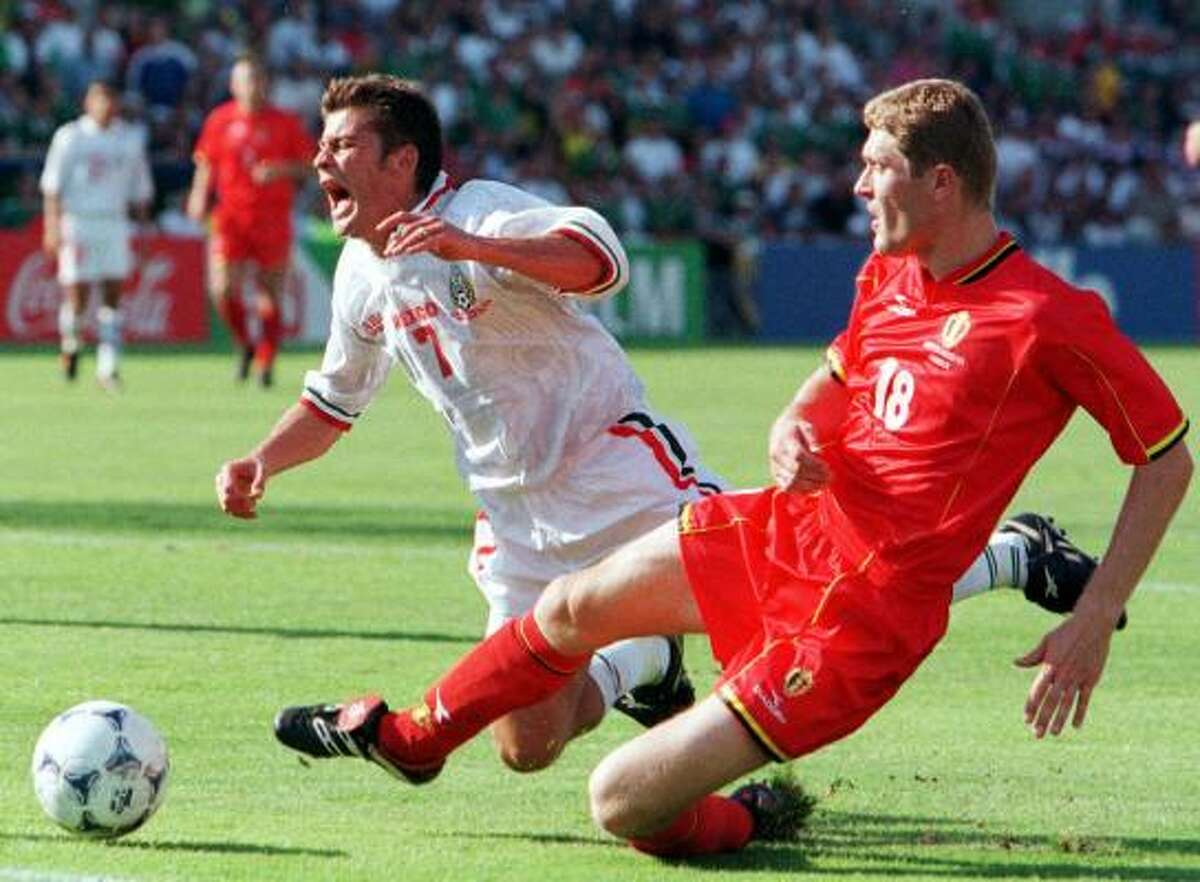 En el Mundial de Francia 1998, Ramón Ramírez (izq.) sufre una falta frente a Bélgica en un empate de 2-2 en la primera ronda, en el Grupo E.