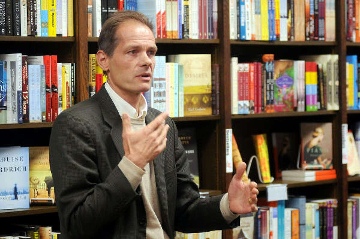 A su paso por Houston, Otis presentó su libro ante 30 personas en la librería Blue Willow Bookshop.
