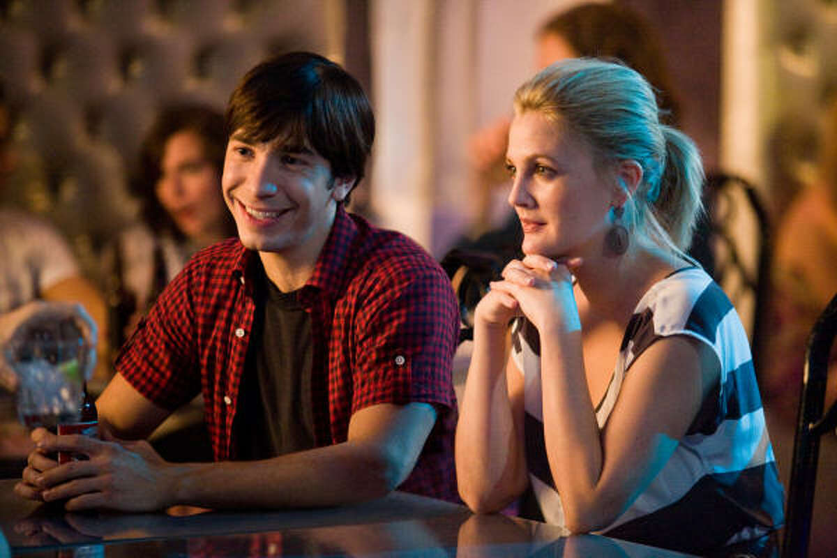 LOVE STORY: Garrett (Justin Long) and Erin (Drew Barrymore) are challenged by a long-distance relationship.