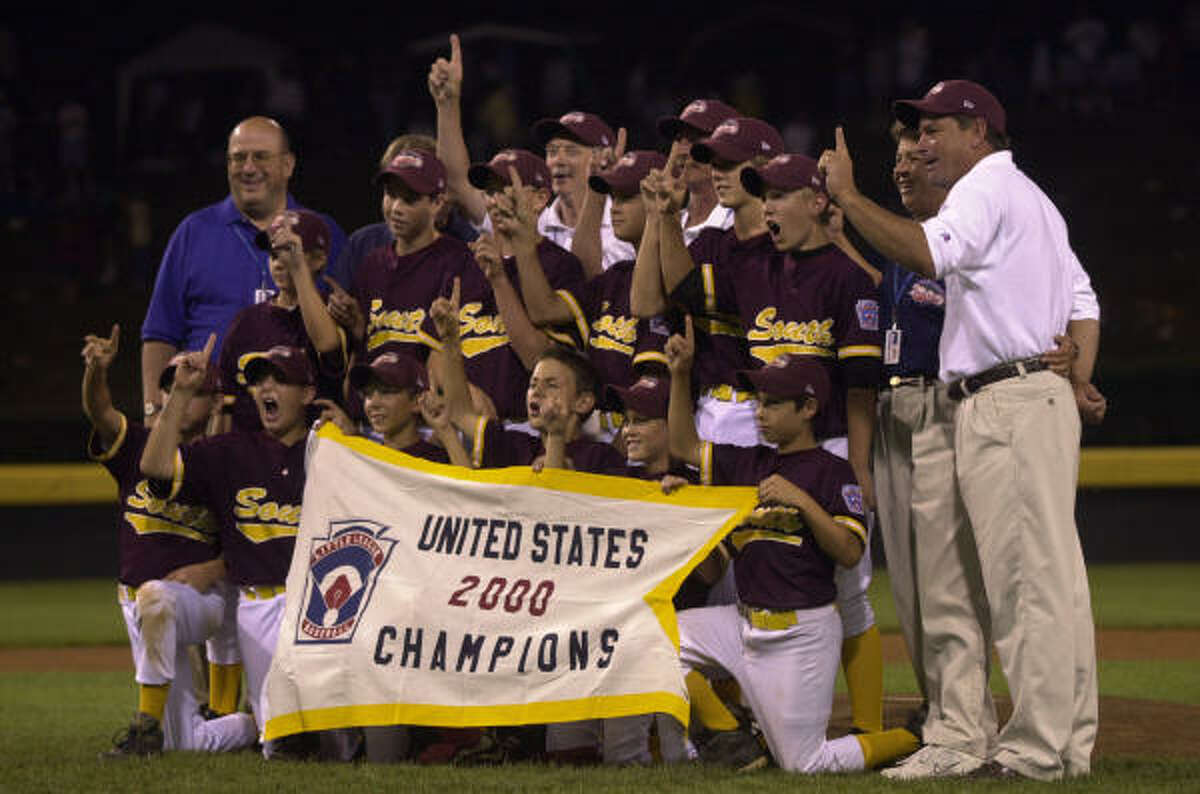 Bellaire celebrates with its championship banner after beating Davenport, Iowa, 8-0 in the U.S. Championship game on Aug. 24, 2000, at the Little League World Series.