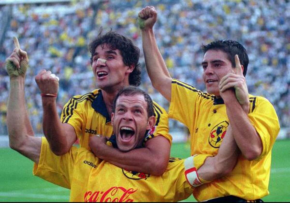 Luis Roberto Alves (en el centro) festeja uno de sus goles, junto a Rodrigo Valenzuela (der.) y Christian Torres (izq.), con el América en 1998. El delantero, que también brilló con la selección mexicana, fue uno de los máximos ídolos en Coapa.