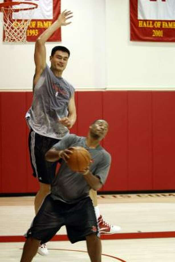 Yao Ming, the bigger man, the more polished player, won most of the battles against Chuck Hayes. Photo: Johnny Hanson, Chronicle