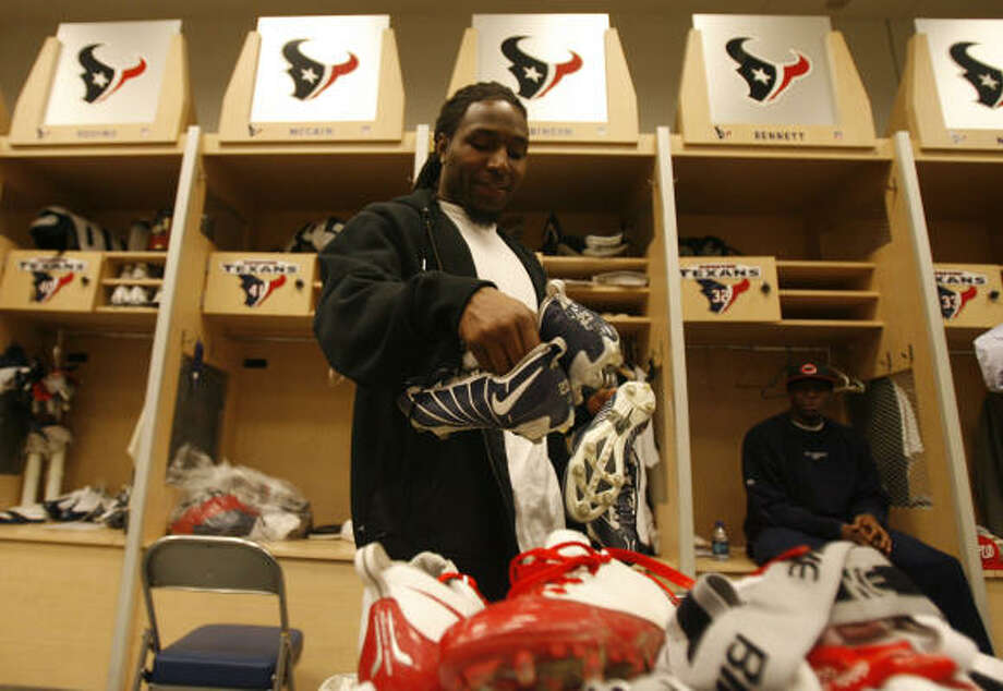 Dunta Robinson, shown cleaning out his locker at the end of the season, agreed to a deal with the Atlanta Falcons, ending his time with the Texans. Photo: Julio Cortez, Chronicle