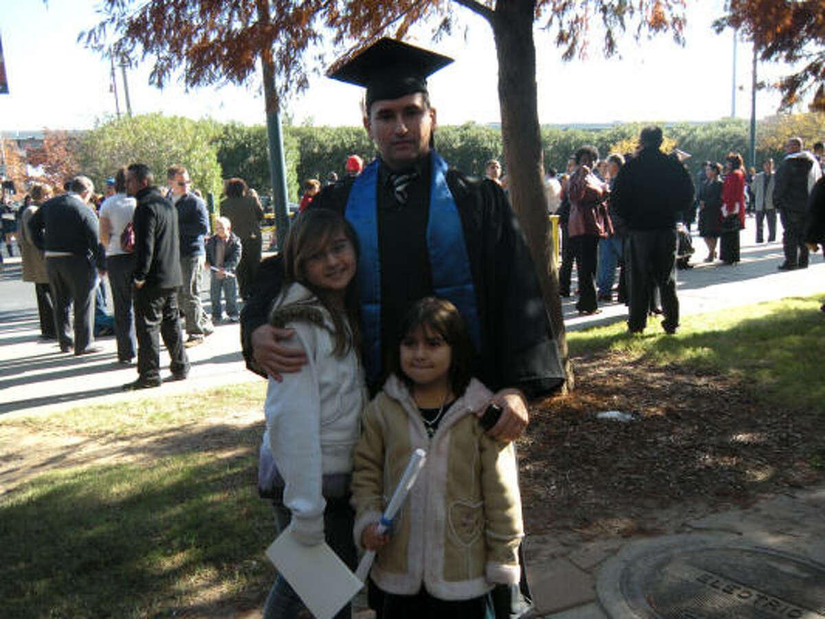 La educación es una prioridad para los salvadoreños de la segunda generación, como David Márquez, quien trabaja ahora como analista empresarial para una firma de servicios de tecnología.