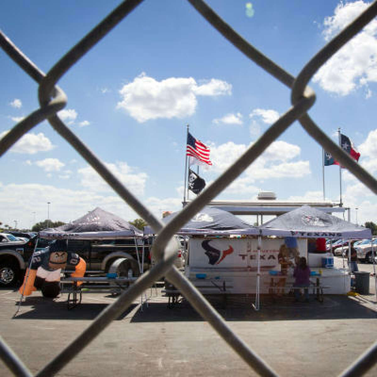 Shortly after 1 p.m., a group of tailgaters dwindled to just a few people in the green lot Sunday.