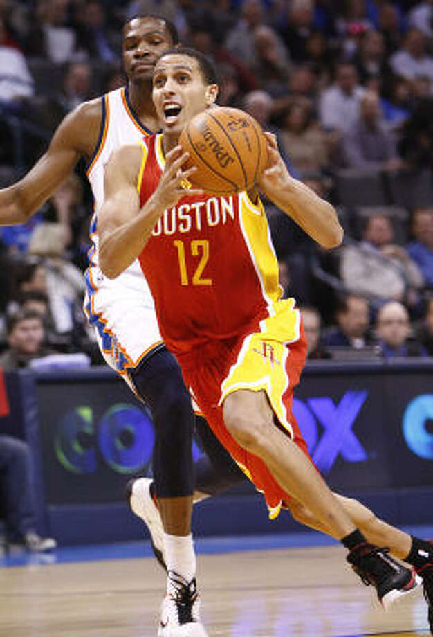 Rockets guard Kevin Martin drives to the basket in front of Thunder forward Kevin Durant. Photo: Alonzo Adams, AP