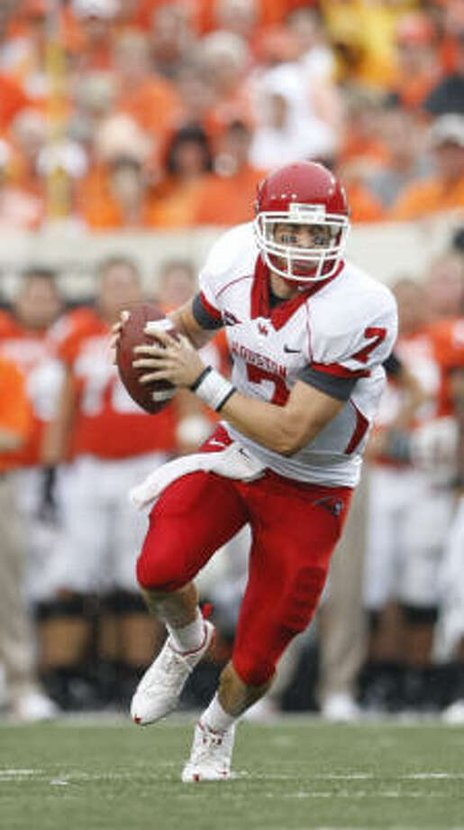 Case Keenum was 6-of-7 on the opening drive to set up an 8-yard touchdown run by Bryce Beall. Photo: Chronicle File Photo