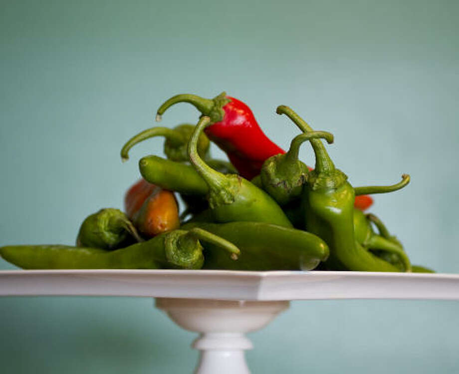 Foodies go into a frenzy with the arrival of Hatch chiles in area supermarkets. Central Market's Hatch Chile Festival starts today and continues through Aug. 31. Photo: NICK De La TORRE PHOTOS, CHRONICLE