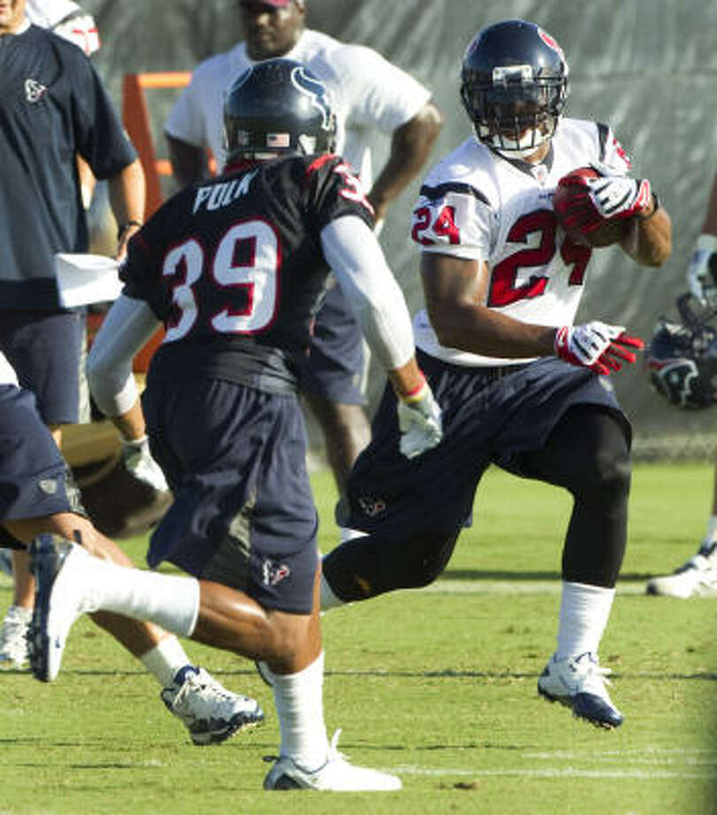 Texans running back Jeremiah Johnson (24) spent much of the offseason working with strength and conditioning coach Cedric Smith. Photo: Brett Coomer, Chronicle