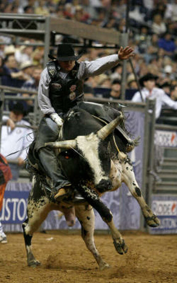 """Howdy Cloud rode his bull, """"Smooth Criminal,"""" long enough to earn $7,000. Photo: Karen Warren, Chronicle"""