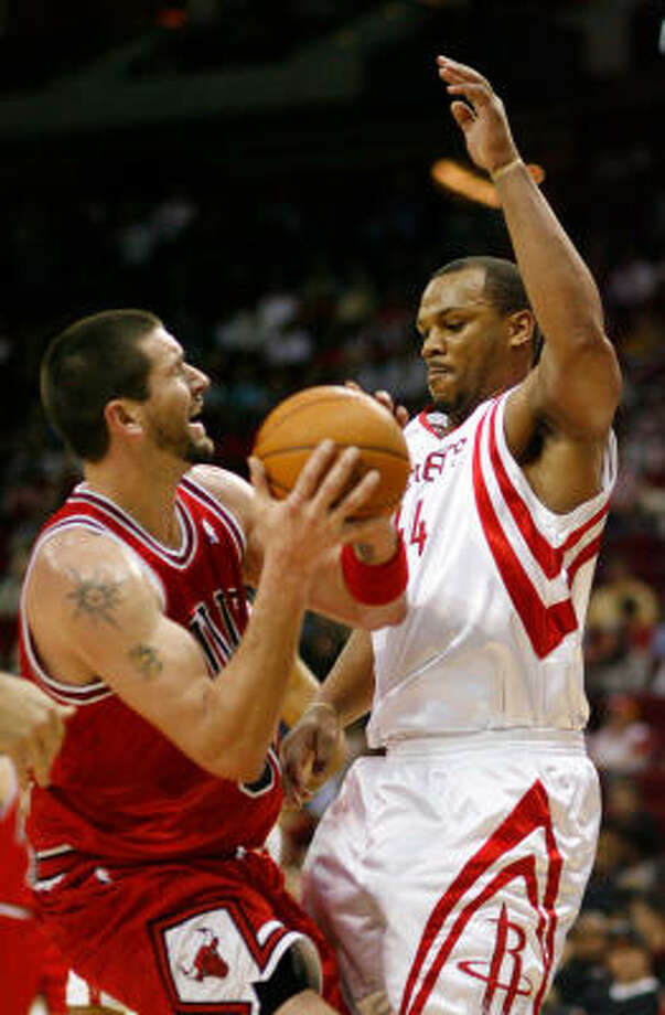 Bulls' unexpected starter Brad Miller scored 25 points against Chuck Hayes and the Rockets. Photo: Nick De La Torre, Chronicle