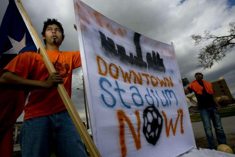 Claudio Covarrubias (izq.) y John Acevedo, durante una reciente manifestación de los seguidores del Dynamo por el estadio. Photo: Johnny Hanson, Chronicle