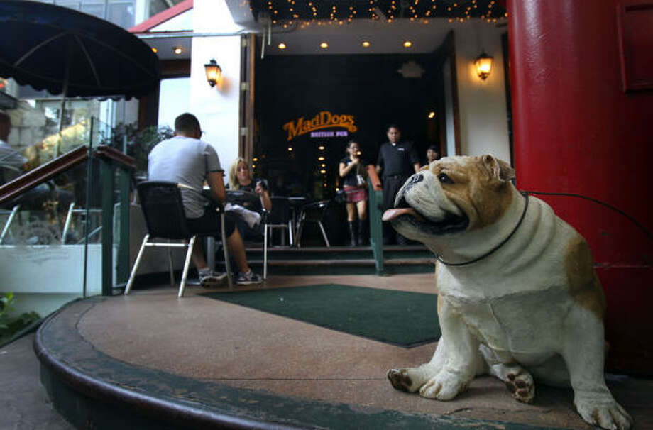 Mad Dogs British Pub has been in San Antonio since 1995, and its CEO wants to franchise the concept in Houston, Dallas and Austin. Photo: JOHN DAVENPORT:, Express-News
