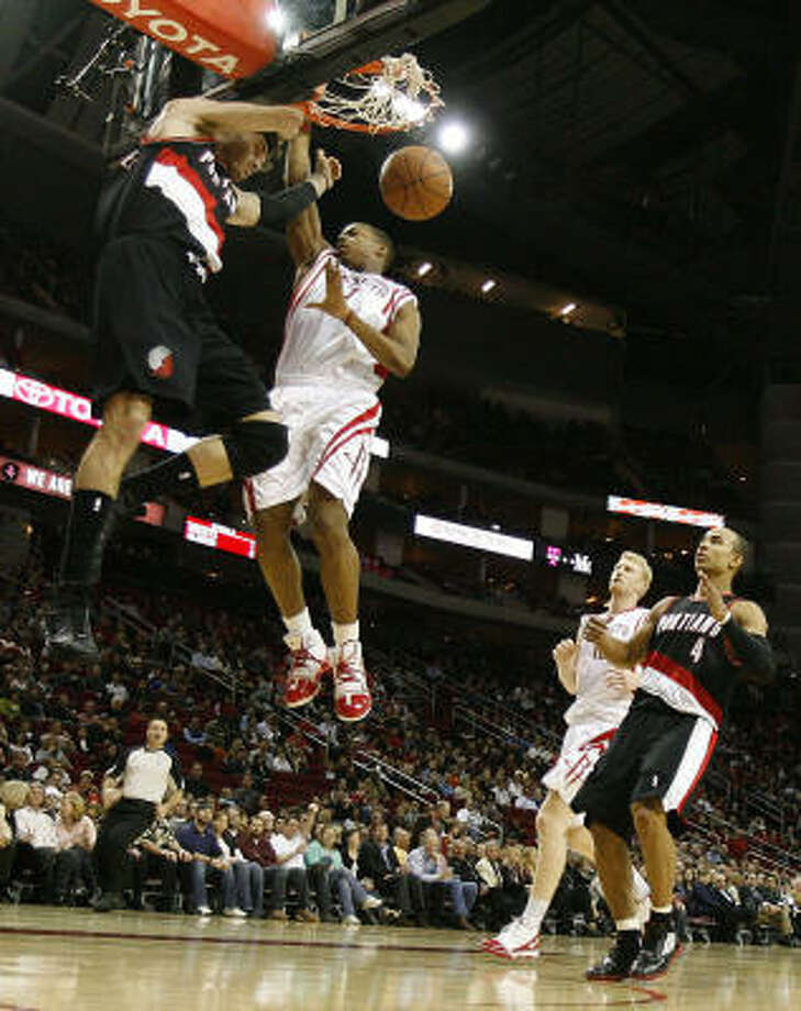 Blazers guard Rudy Fernandez finishes a breakaway with a dunk in front of Rockets guard Kyle Lowry. Photo: Nick De La Torre, Chronicle