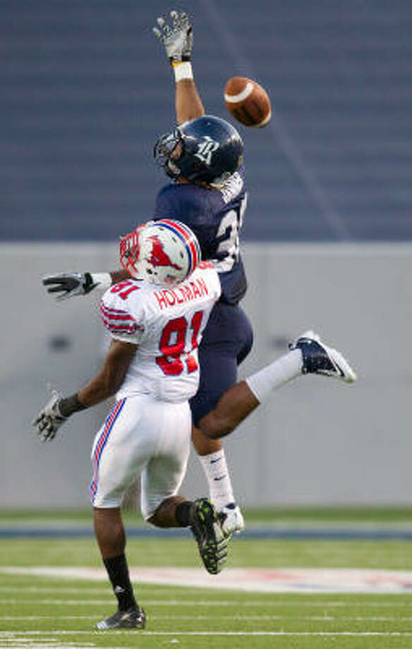Rice cornerback Chris Jammer, right, breaks up a pass intended for SMU wide receiver Keenan Holman. Photo: Smiley N. Pool, Chronicle
