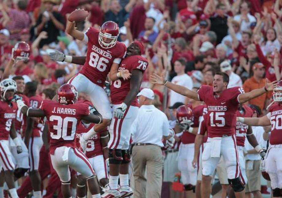 James Winchester (86) sets off a celebration on the OU sideline by coming up with a fumbled punt that ended what would have been Texas' last possession of the game before it started. Photo: Billy Smith II, Chronicle