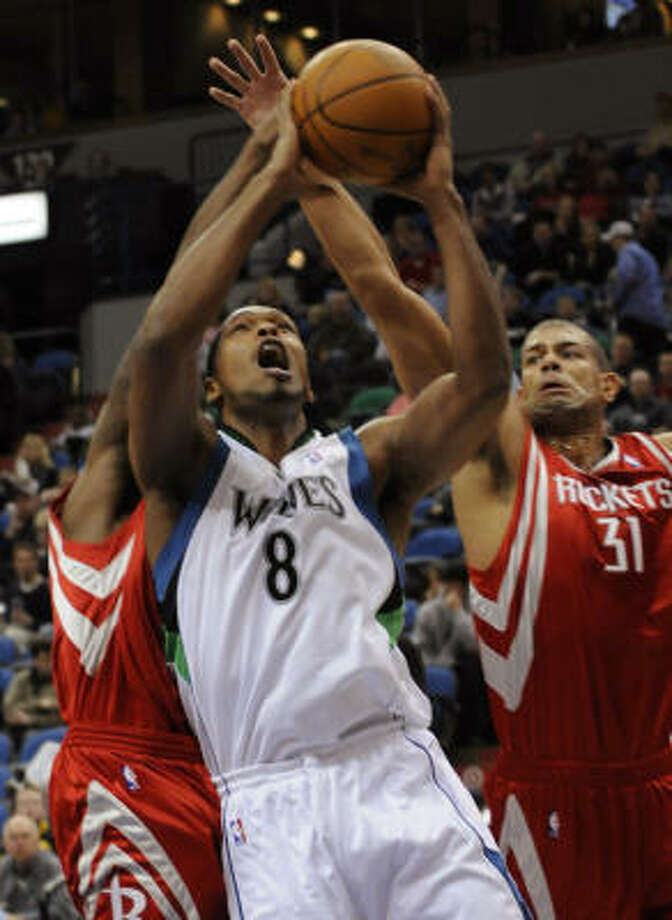 Shane Battier, right, tries to block a layup by Timberwolves forward Ryan Gomes. Photo: Jim Mone, AP