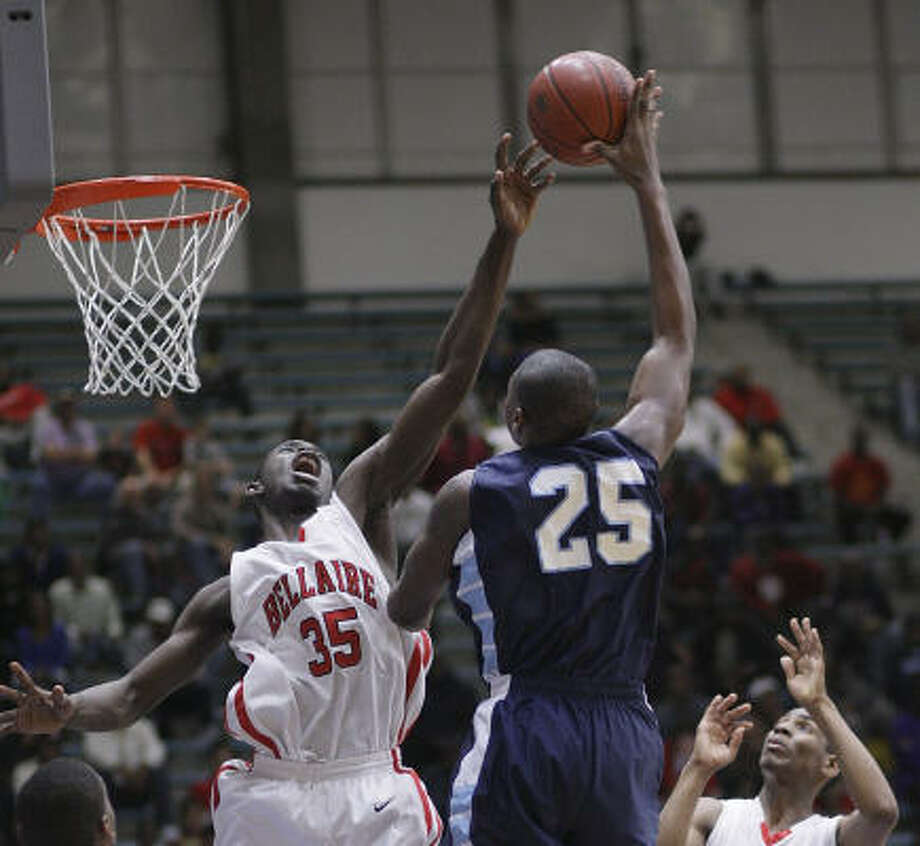 Bellaire's Tobi Oyedeji (35) can do everything — score, rebound, pass and block shots. Photo: Bob Levey, For The Chronicle