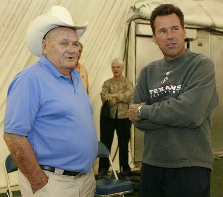 Bum Phillips visited Gary Kubiak at Texans training camp in 2006, his former ballboy's first training camp as a head coach. Photo: James Nielsen, Houston Chronicle
