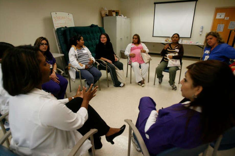 Un grupo de embarazadas latinas participa en una sesión informativa con personal médico en el centro de salud Aldine del Condado de Harris, el año pasado. Photo: Julio Cortez, Houston Chronicle