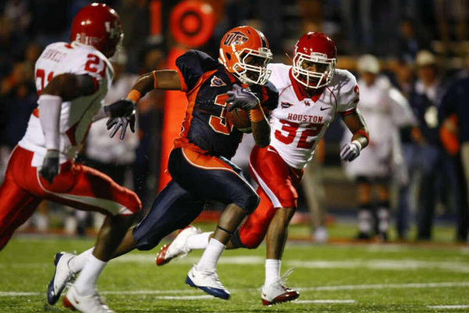 UTEP running back Donald Buckram rushed his way to several school records last season against the Cougars. Photo: Smiley N. Pool, Chronicle