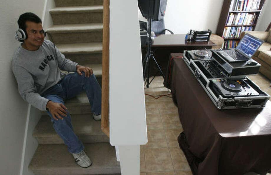 Ricardo Gil o DJ Passion, dirige desde su casa su pequeña empresa, que ofrece servicios de DJ en fiestas, gracias a lo que se ha convertido en referente de la diversión hispana en Houston. Photo: Julio Cortez, La Voz