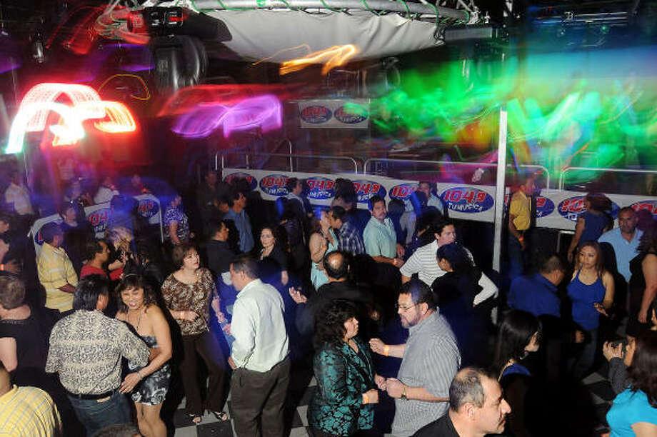 A todo baile: la pista de este club se atesta de clientes desde temprano y no se vacía en toda la noche. Photo: Dave Rossman, Para La Voz