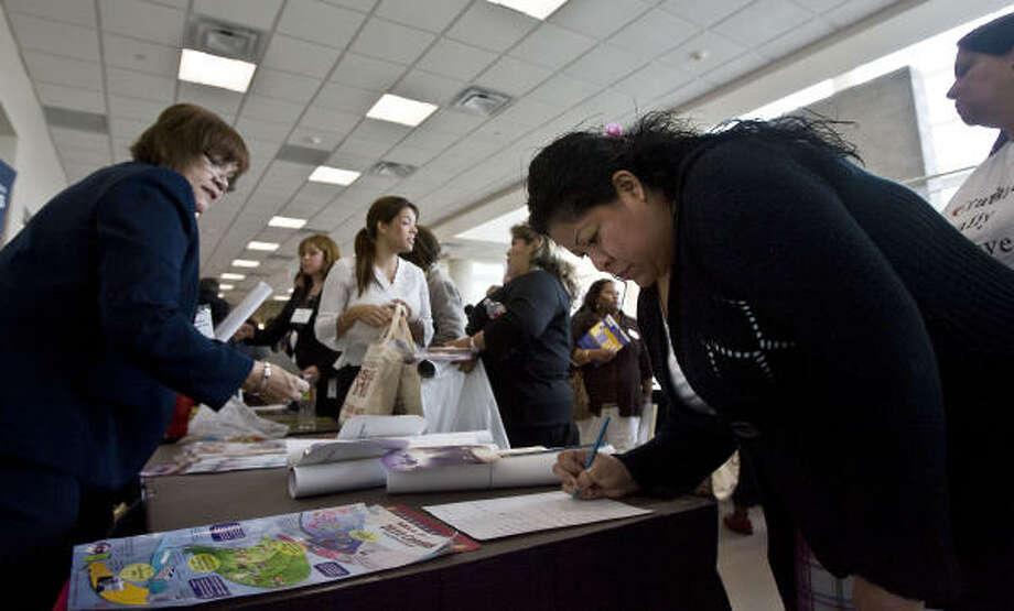 Karina Hernández recibe información en una mesa del Censo, dentro de un evento de asesoría de educación para padres y estudiantes la semana pasada organizado por la organización Project Grad en el Houston Community College-Northeast. Photo: James Nielsen, La Voz
