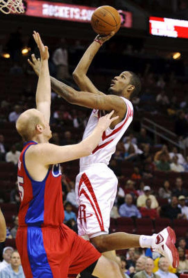 Rockets guard Trevor Ariza drives against Clippers center Chris Kaman. Photo: Dave Einsel, AP