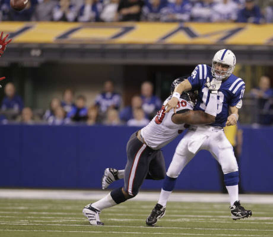 Peyton Manning frustrates the Texans again, releasing a pass before Mario Williams arrives. Photo: Karen Warren, Chronicle