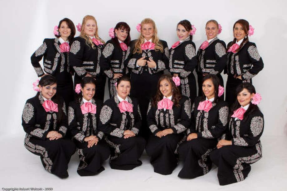 Mariachi Divas: orgullosas de representar con su música la diversidad cultural de Los Ángeles. Cindy Shea, la fundadora, está en el centro. Photo: ROBERT WOLCOTT, Azul Public Relations