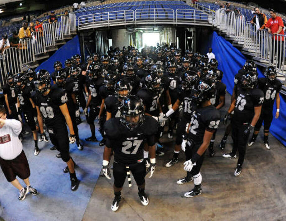 The Oilers will run onto the field at Cowboys Stadium today to play for the 5A state title. Photo: JOHN ALBRIGHT, San Antonio Express-News