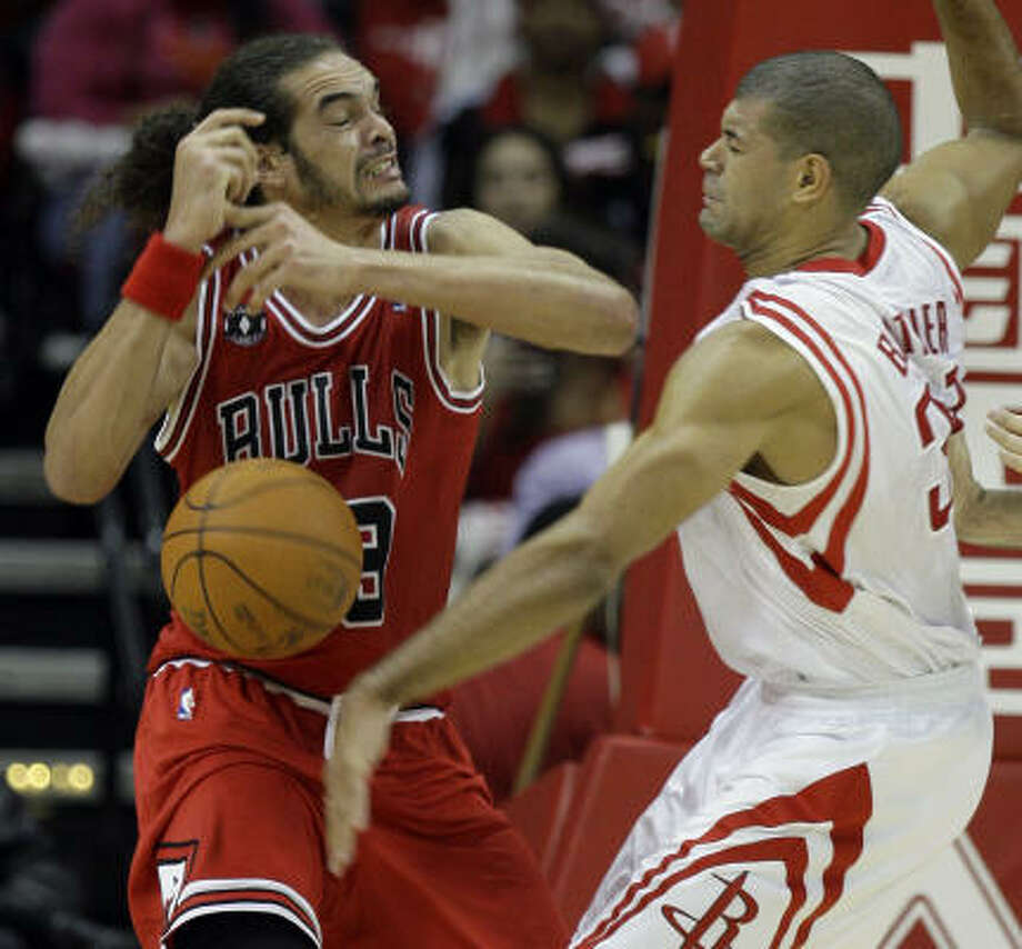 The Rockets' Shane Battier tries to limit Chicago's Jaokim Noah, who finished with 12 points and nine rebounds. Photo: Melissa Phillip, Chronicle