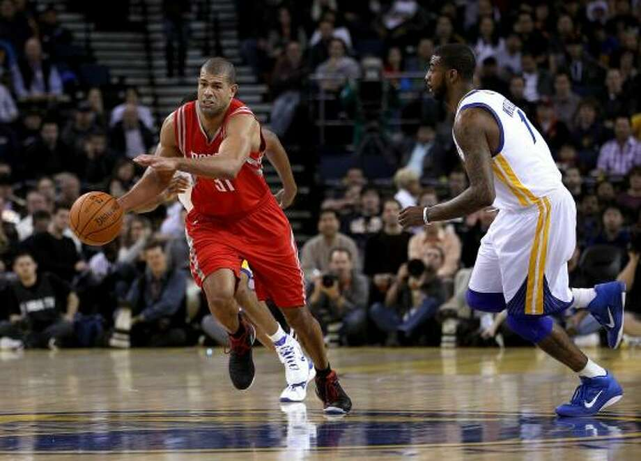 Rockets forward Shane Battier dribbles past Dorell Wright (1) of the Warriors. Photo: Ezra Shaw, Getty Images