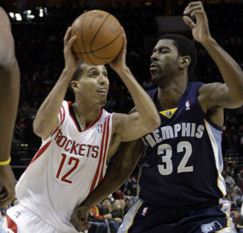Rockets guard Kevin Martin, left, drives toward the basket as Grizzlies guard O.J. Mayo defends during the first quarter. Photo: David J. Phillip, AP