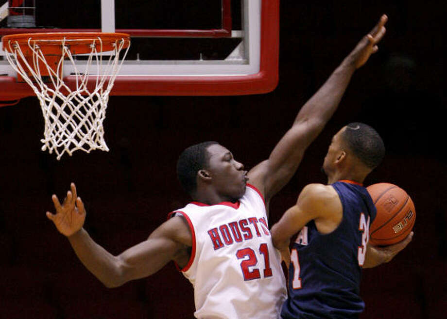 Dec. 11: UTSA 68, UH 63 UH's Alandise Harris (21) tries to block a shot from UTSA's Melvin Johnson III during Saturday's game at Hofheinz Pavilion. Photo: Thomas B. Shea, For The Chronicle