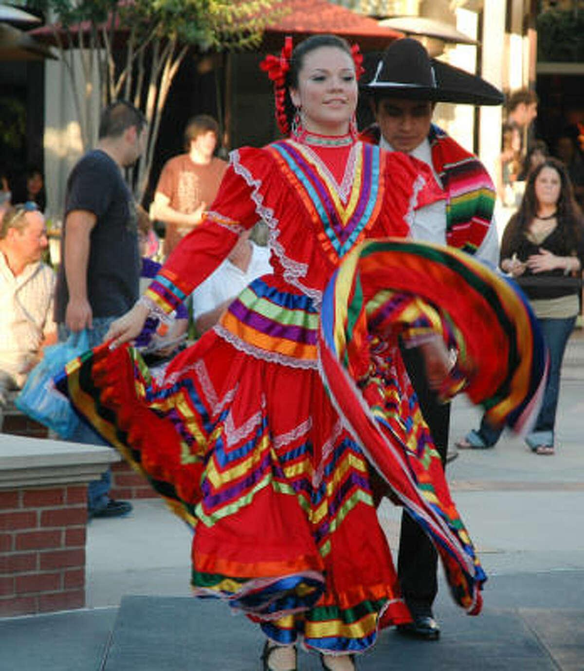Atuendo típico mexicano en la Fiesta del Cinco de Mayo de la Cámara Hispana de Montgomery.