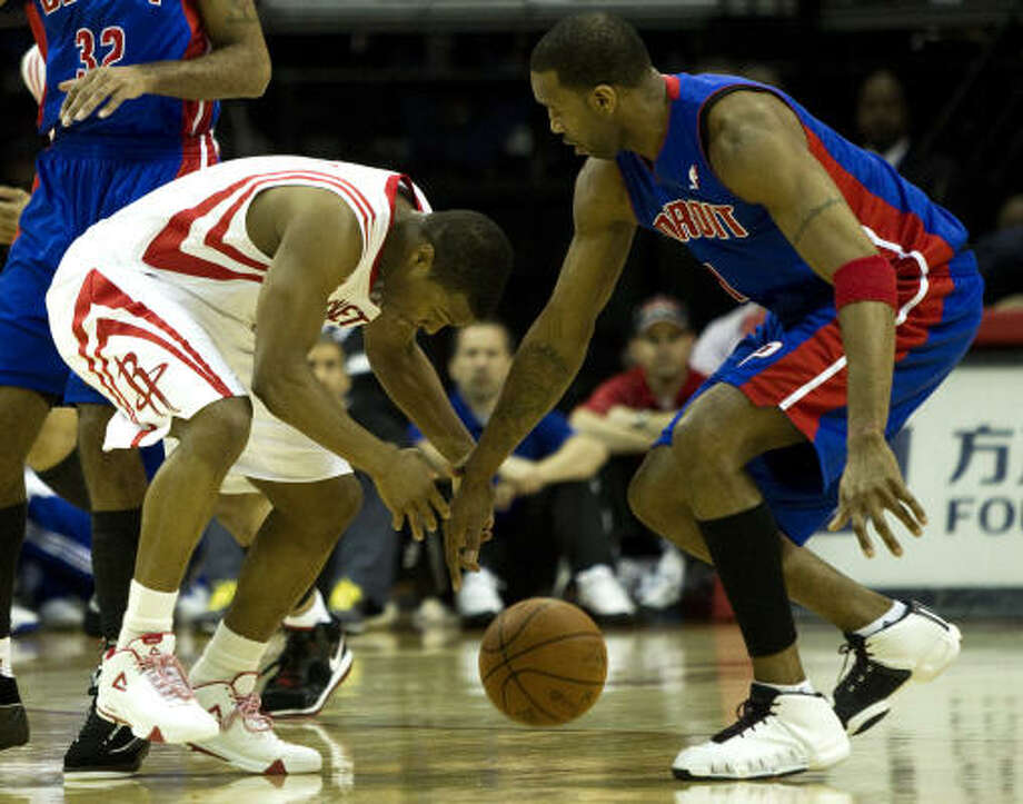 Rockets point guard Kyle Lowry and Pistons guard Tracy McGrady go after a loose ball during the first half. Photo: Brett Coomer, Chronicle
