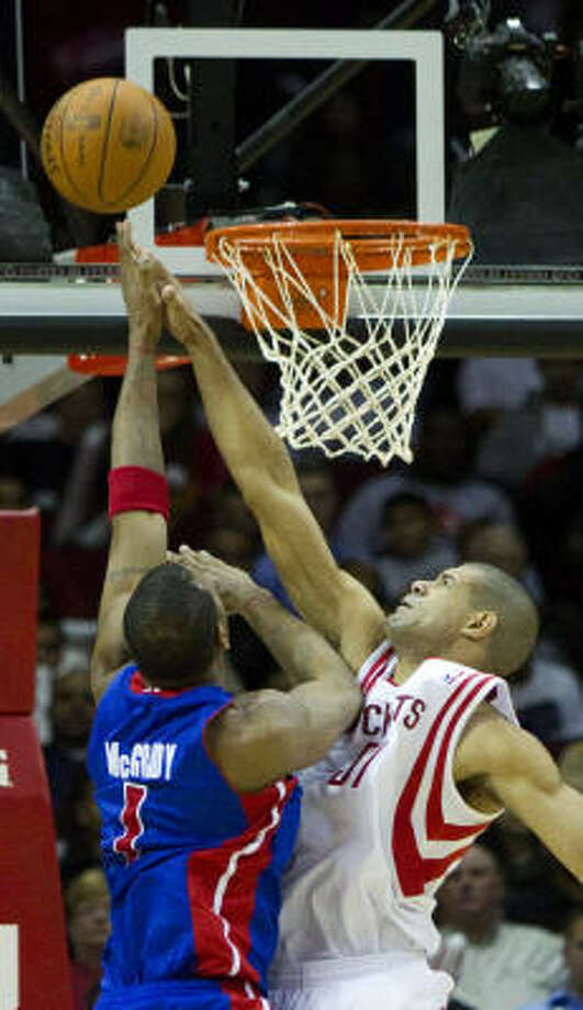 Pistons guard Tracy McGrady, left, looks to lay the ball in the basket as Rockets small forward Shane Battier defends during the second half. Photo: Brett Coomer, Chronicle