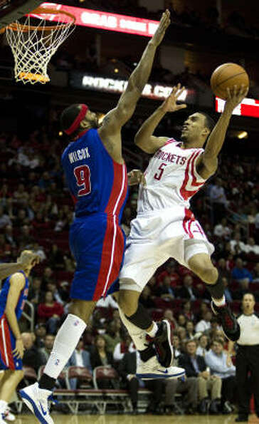 Rockets guard Courtney Lee (5) goes up for a shot with Pistons power forward Chris Wilcox defending