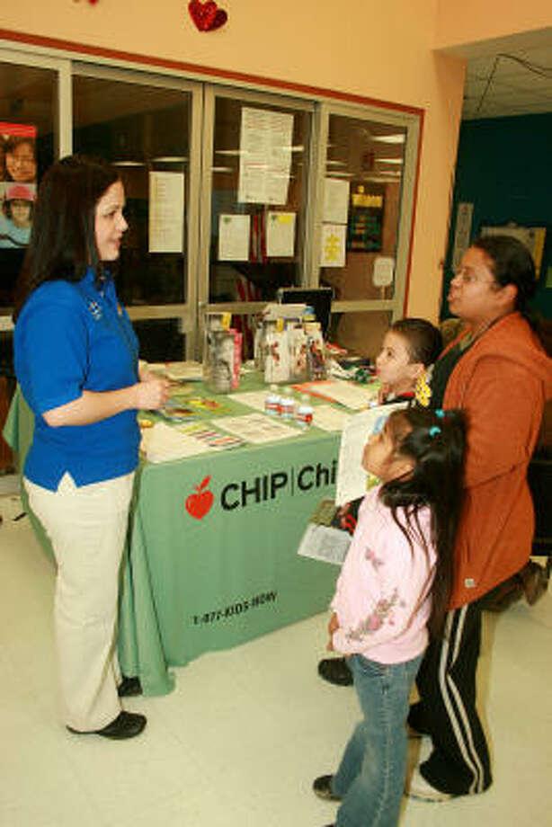 En esta foto de archivo, la representante Ana Hernández auspicia la inscripción de niños a CHIP en su distrito, el 143. Photo: Pin Lim, Para El Houston Chronicle