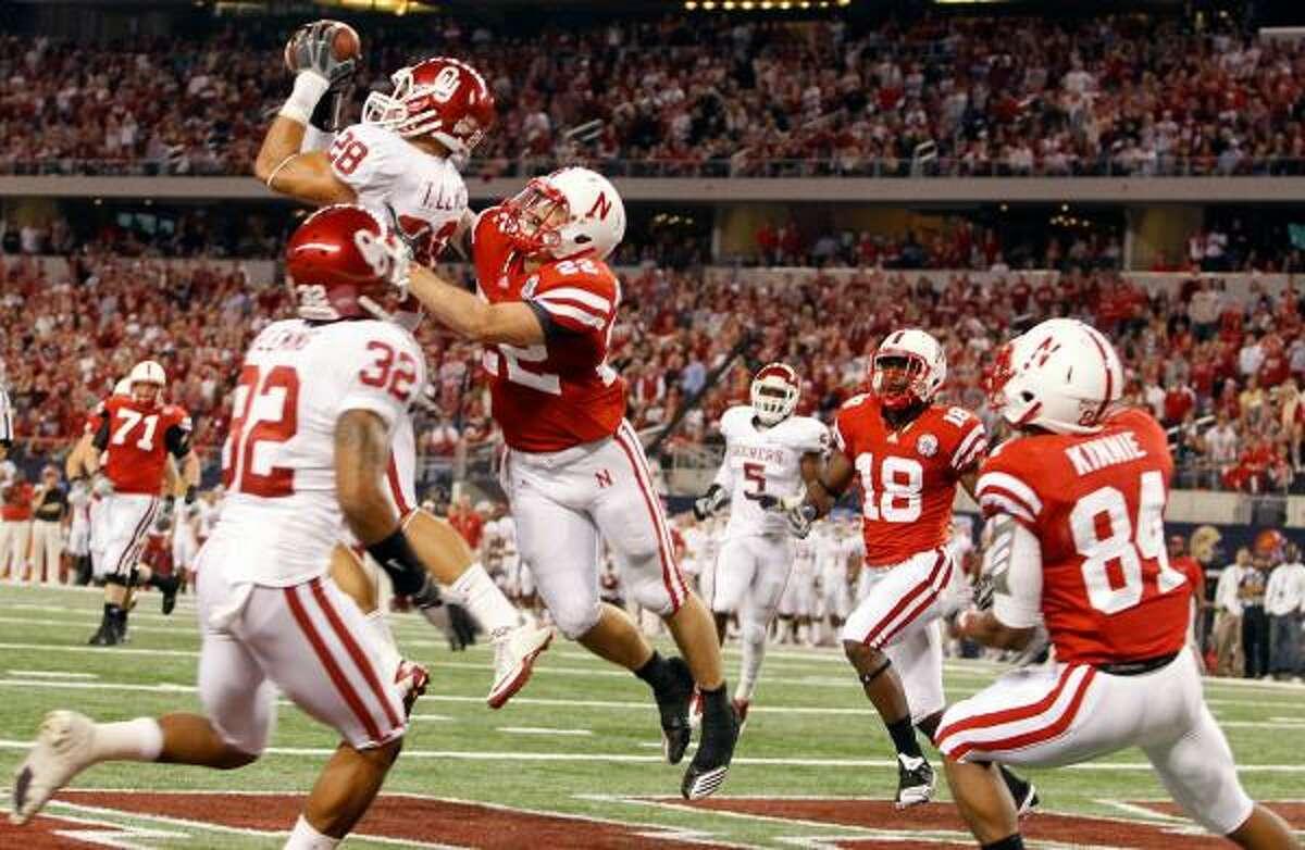 Oklahoma linebacker Travis Lewis (28) intercepts a pass from Nebraska quarterback Taylor Martinez.