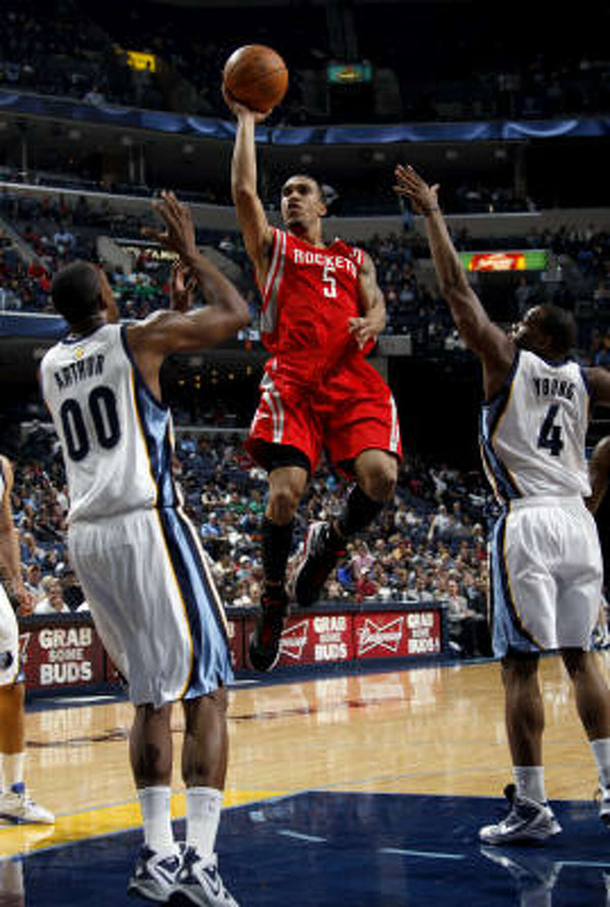 Rockets guard Courtney Lee (5) shoots over Grizzlies forwards Darrell Arthur (00) and Sam Young in the first half.