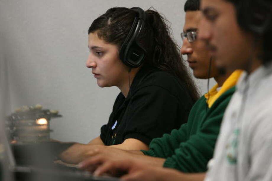 """Gabriela Pacheco, quien dejó de estudiar unos meses, retomó cursos en la preparatoria de Sharpstown con el nuevo programa de recuperación de créditos del HISD por computadora. """"Es muy bueno porque te ayuda a ponerte en tu grado normal. Uno se entusiasma"""", afirma. Photo: Billy Smith II, La Voz"""