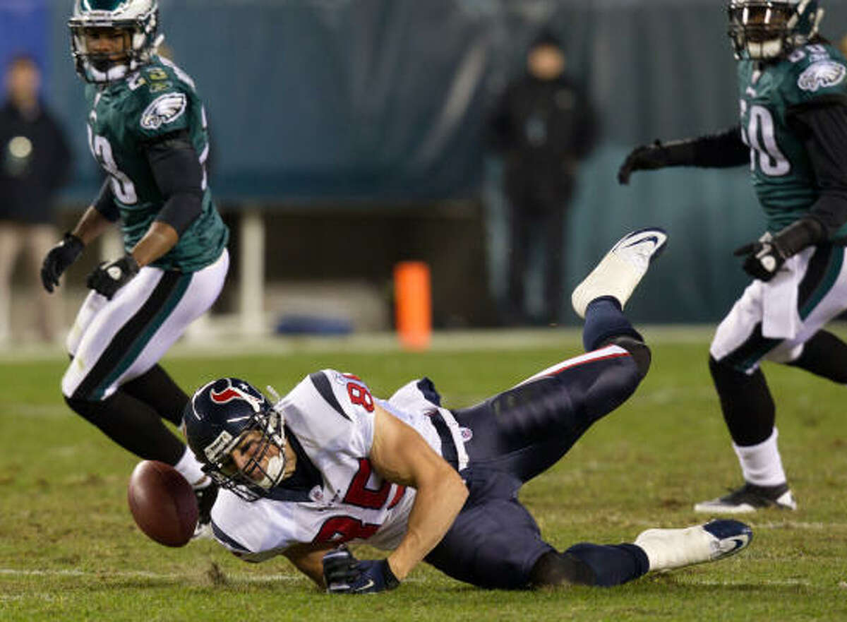 Houston Texans tight end Joel Dreessen (85) can't hold onto a pass against the Philadelphia Eagles during the second quarter.