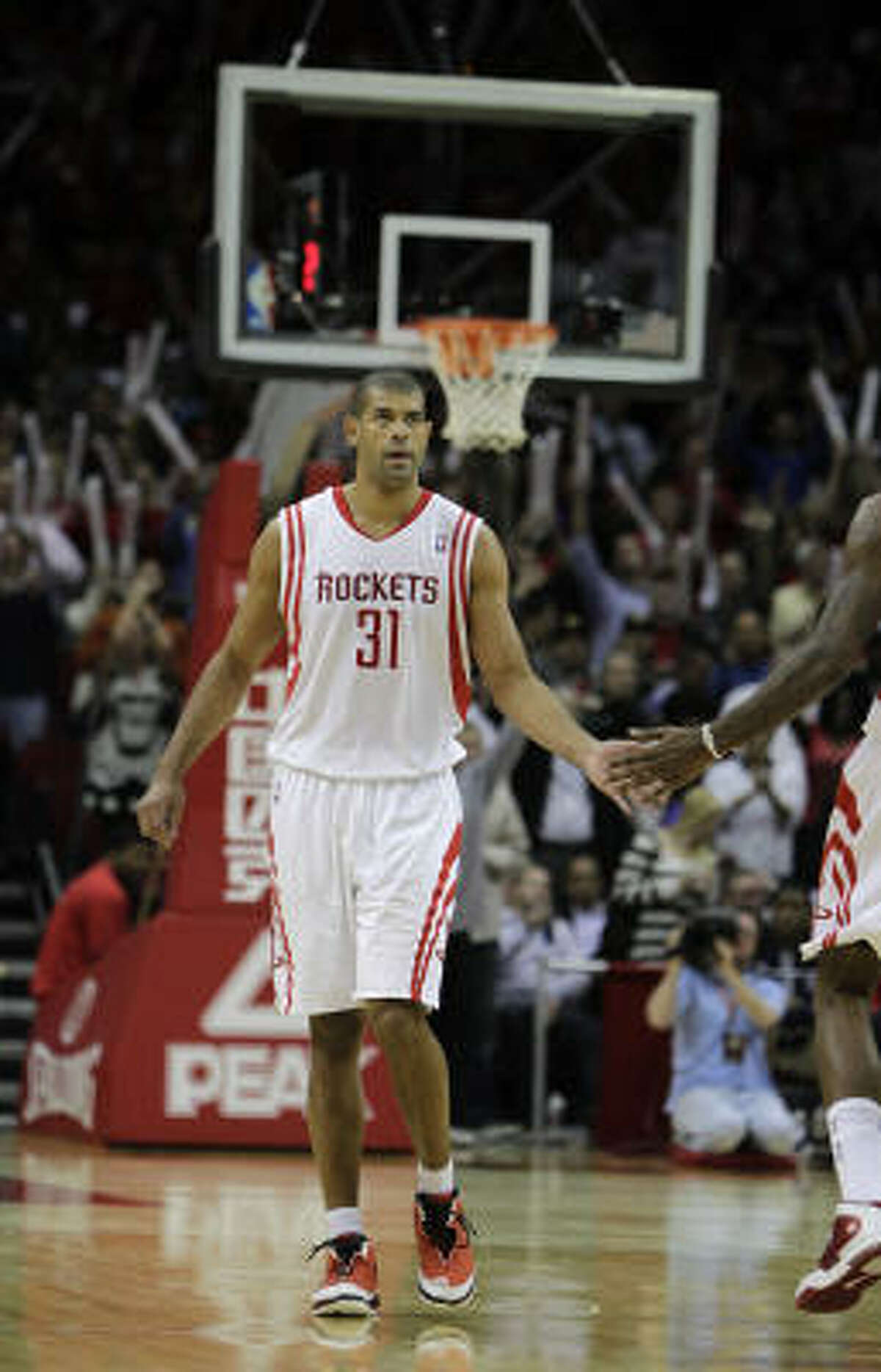 Shane Battier helped propel the Rockets past the Lakers, scoring 11 consecutive points in the final three minutes to finish with 17.
