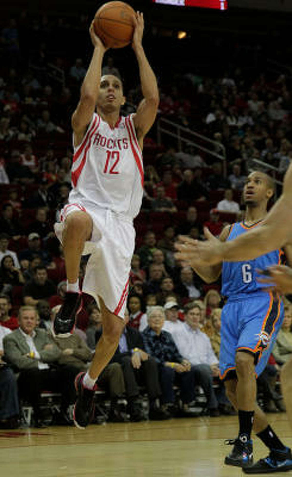 Rockets guard Kevin Martin scores in the first period.