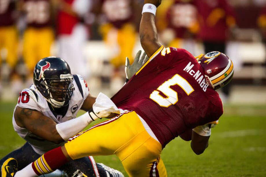 Texans defensive end Mario Williams found his way to Redskins quarterback Donovan McNabb three times. Photo: Smiley N. Pool, Chronicle