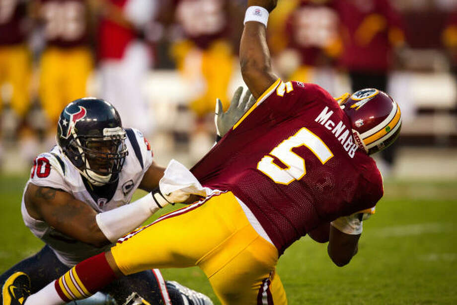 Texans defensive end Mario Williams sacks Redskins quarterback Donovan McNabb. Photo: Smiley N. Pool, Chronicle